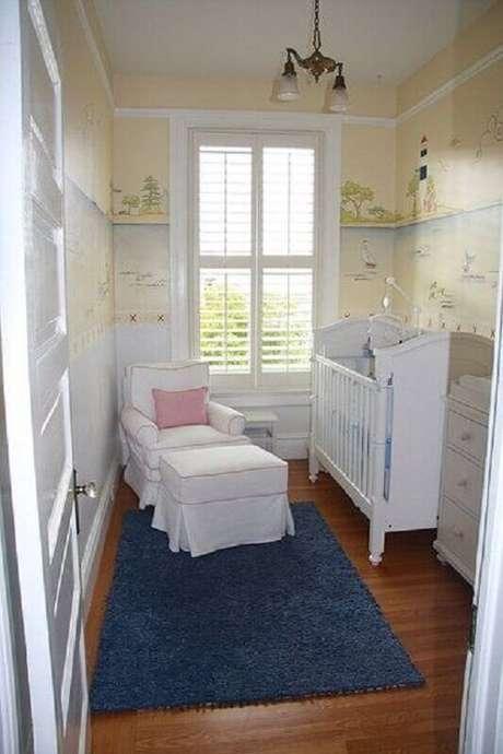 44. Quarto de bebê simples e pequeno decorado com papel de parede infantil
