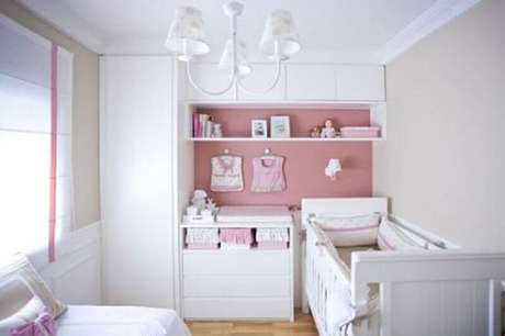 46. Quarto pequeno de bebê decorado em tons de branco e rosa