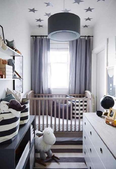 48. O preto e tons de cinza escuro também podem fazer parte da decoração do quarto de bebê simples e pequeno