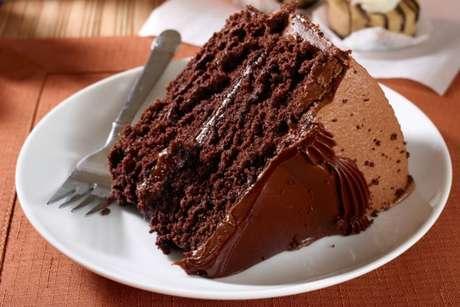 Bolo de chocolate molhadinho recheado