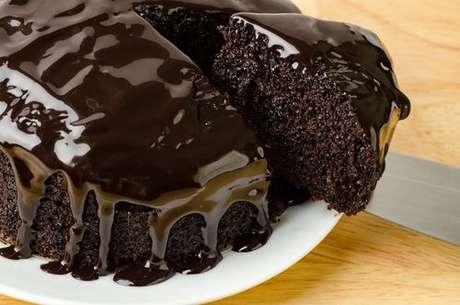 Bolo chocolate molhadinho com calda de chocolate