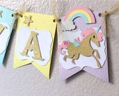 11- Bandeirinhas fazem parte da decoração de festa unicórnio.