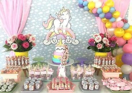 10- Festa de unicórnio com balões coloridos imitando arco-íris.
