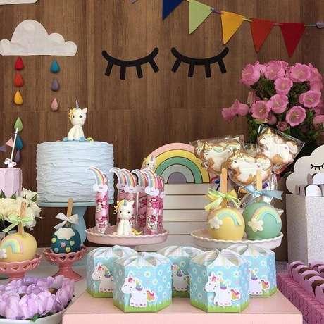 2- Festa de unicórnio com bolo decorado e enfeites decorativos.