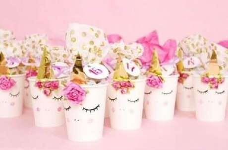 59- Copinhos decorados para festa de unicórnio.