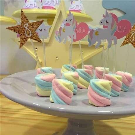 60- Marshmallow colorido para festa de unicórnio simples.