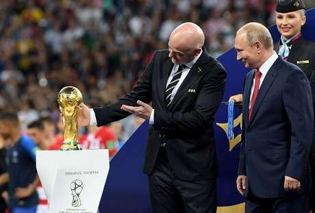 O presidente da Fifa, Gianni Infantino, mostra o troféu do mundial para o presidente russo, Vladimir Putin