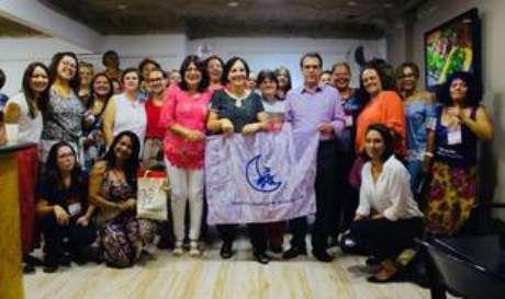 O ex-prefeito de São Bernardo e pré-canditado do PT ao governo de São Paulo, Luiz Marinho, com as delegadas do encontro estadual e pré-candidatas a deputadas pelo partido.