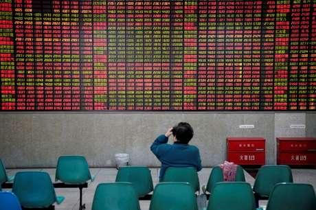 Investidor observa dados de ações em casa de corretagem em Xangai, na China 24/11/2017 REUTERS/Aly Song
