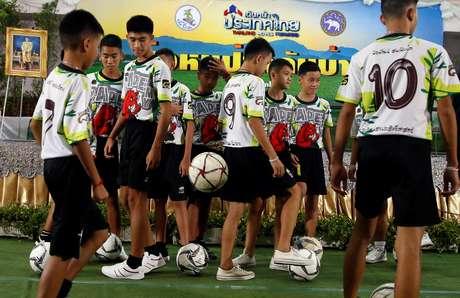 Durante coletiva de imprensa, meninos tailandeses resgatados demonstraram um pouco de sua habilidade com a bola