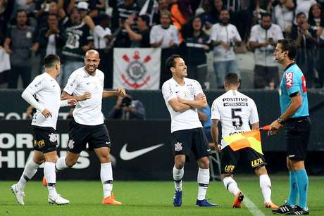 Time do Corinthians comemora gol
