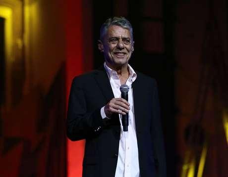 O cantor Chico Buarque apresenta-se durante a entrega do 28º Prêmio da Música Brasileira no Theatro Municipal, na Praça da Cinelândia, no centro do Rio de Janeiro, em 2017.
