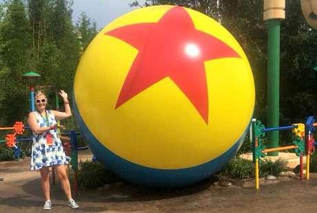 A famosa bola da Pixar também está por lá. Em tamanho imenso, é claro.