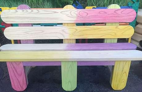 Quando estiver cansado, sente-se em bancos feitos de palitos de picolé.