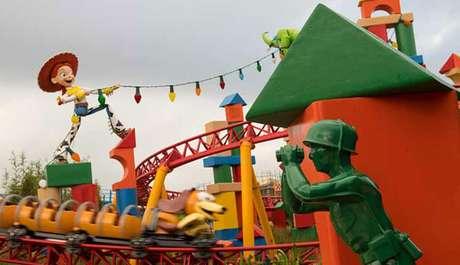 Vários outros personagens do filme aparecem durante o passeio em Slinky Dog.