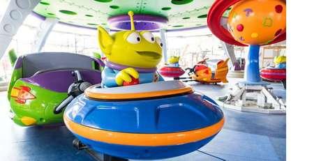 Em Alien Swirling Saucers, o visitante entra na famosa máquina de ETs do filme.