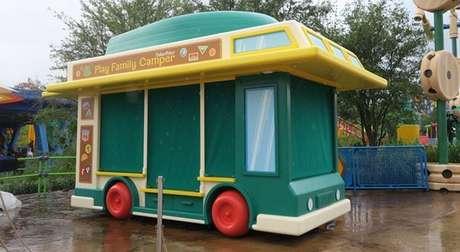 O carrinho que vende roupas e objetos para casa também é de brinquedo, é claro.