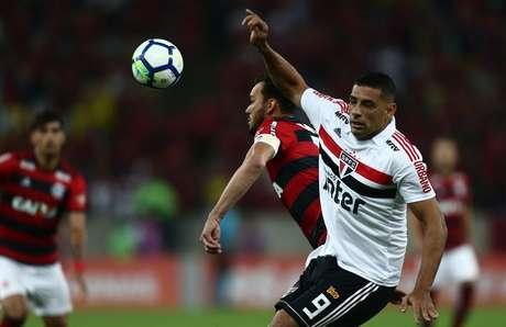 Réver e Diego Souza disputam uma bola aérea