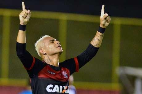 Bryan comemora gol do Vitória na partida contra o Paraná