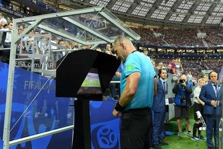 Árbitro Nestor Pitana consulta VAR antes de marcar pênalti para a França contra a Croácia na final da Copa