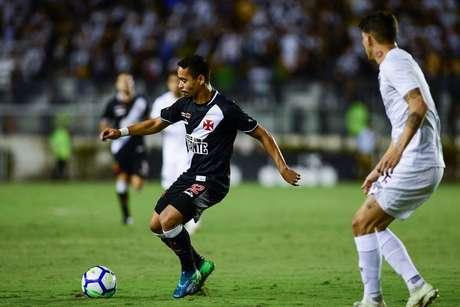 Yago Pikachu domina a bola pelo Vasco