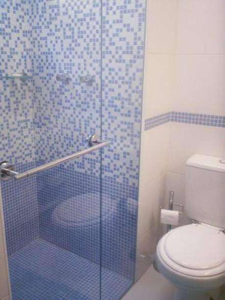 13. Piso para banheiro de pastilhas azuis é um gente diferente de dar cor para o ambiente. Projeto por Eliana Bovo