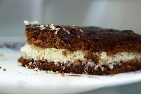Bolo de chocolate recheado com coco