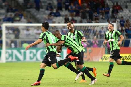 Christian comemora o gol do América-MG sobre o Cruzeiro