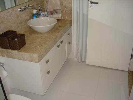 9.Piso para banheiro simples branco.