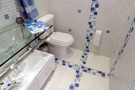 8.Piso para banheiro cerâmico com detalhes em pastilha azul