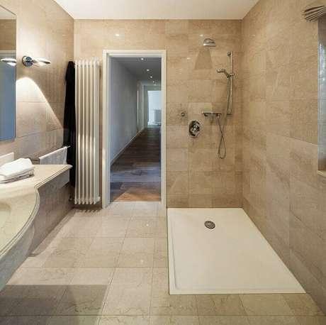 6. Piso cerâmico em banheiro moderno fazem toda a diferença na decoração.