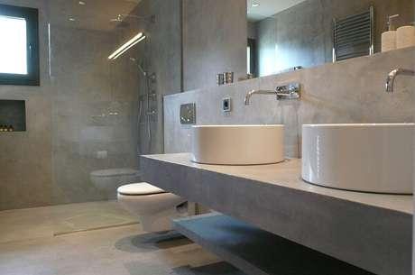 15.Banheiro grande com piso cimento queimado