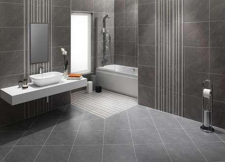 32. Banheiro com piso cinza
