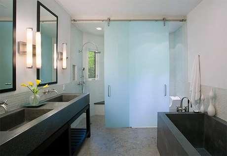 17.Banheiro sofisticado com piso cimento queimado.