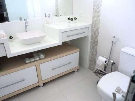 19.Piso para banheiro esmaltado com tons claros amplia o ambiente