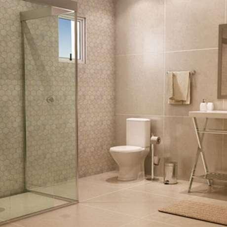 11.Piso para banheiro cerâmico complementa a decoração do ambiente.
