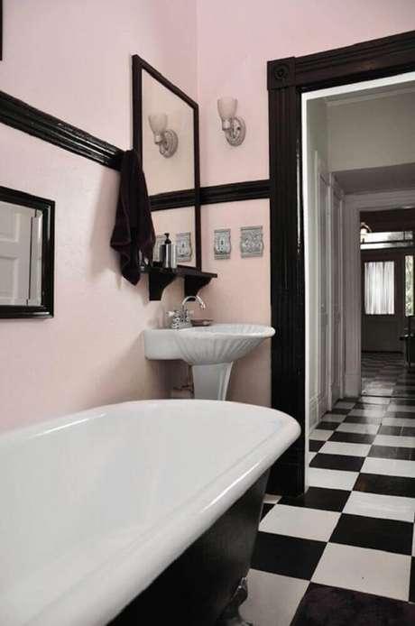 33. O banheiro ganhou um novo ar com o piso para banheiro xadrez