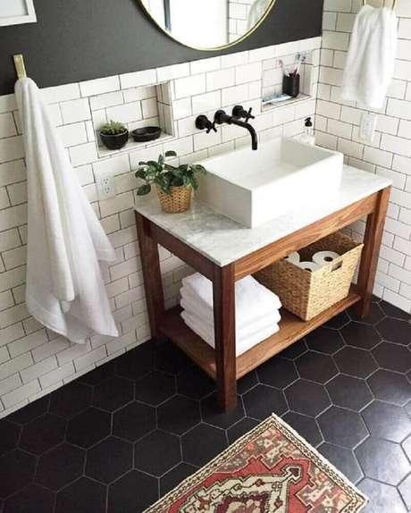 41. Mescle o piso para banheiro em tons escuros com azulejo em tons claros para ter mais equilíbrio