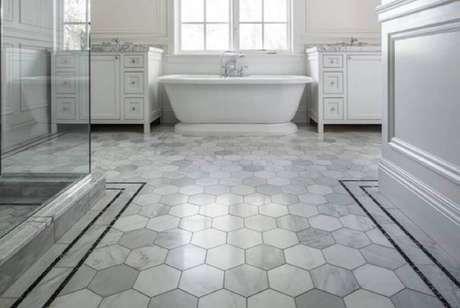 38. O piso para banheiro com figuras geométricas ficam super charmosos