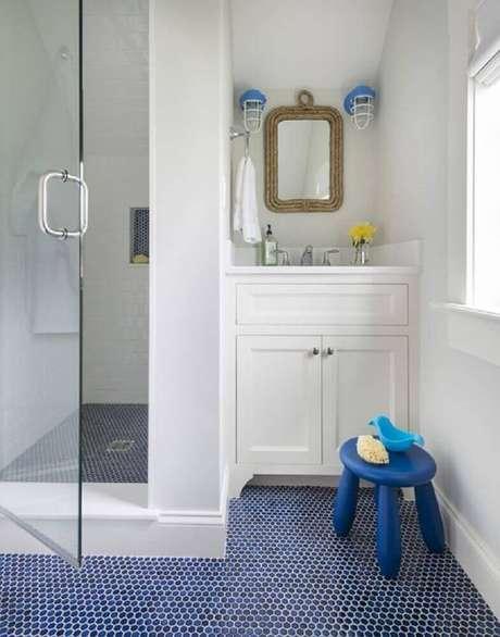 47. Piso para banheiro com estampa pequena