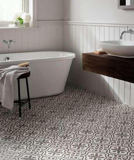 22. O banheiro ficou bem charmoso com esses pisos para banheiro retrô