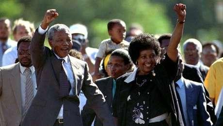Livro faz justiça ao papel de Winnie Mandela (dir.) na história da África do Sul, diz sua neta