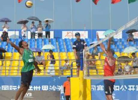 Thiago, da dupla com George, ataca durante etapa de Haiyang do Circuito Mundial de Vôlei de Praia.