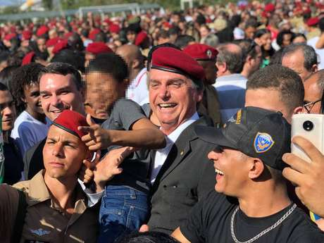 Deputado e pré-candidato Jair Bolsonaro (PSL) apareceuem evento no Rio com mais uma criança imitando gesto de armacom as mãos