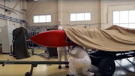 As imagens mostram novo míssil coberto por lona