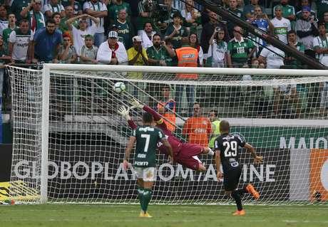 Falta de Bruno Henrique vai no ângulo, sem chance de defesa para Victor