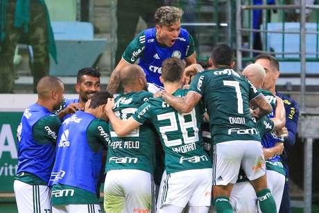 Com dois de Bruno Henrique, Palmeiras  time vence por 3 a 2 e chega aos 23 pontos, sete a menos que o líder Flamengo