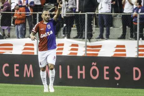 Rodolfo, do Paraná, comemora gol durante a partida entre Paraná Clube PR e América MG