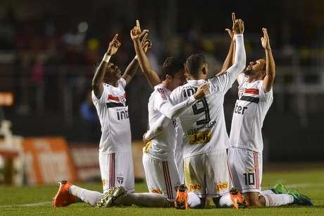 Jogadores do São Paulo se reúnem para celebrar o gol de Anderson Martins, o primeiro da partida contra o Corinthians