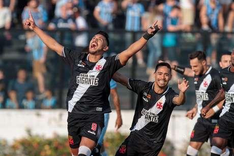 André Rios e o time do Vasco comemoram o gol que definiu o placar em São Januário